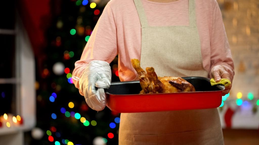 Oma hat ein knuspriges Hühnchen gebraten.